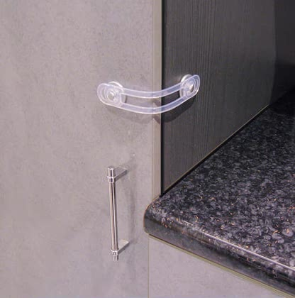 Reer 多功能防護鏈 -  With the help of the Multi purpose latch you can close cabinets, drawers or appliances for small hands