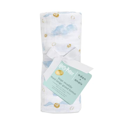 aden+anais限量版Harry Potter 嬰兒襁褓巾 單件裝 -  * The most magical muslin of all time! Dive into the magical world of Harry Potter™ together with your baby. Iconic images of Hogwarts™, the Golden Snitch and Harry's flying owl Hedwig make the new aden + anais Metallic collection simply unique.