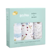 aden+anais限量版Harry Potter嬰兒襁褓巾 3件裝 -  * The most magical muslin of all time! Dive into the magical world of Harry Potter™ together with your baby. Iconic images of Hogwarts™, the Golden Snitch and Harry's flying owl Hedwig make the new aden + anais Metallic collection simply unique.